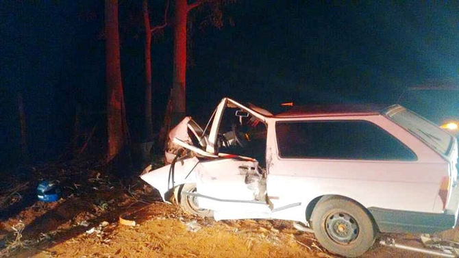 Motorista ferido em colisão de carro contra árvore perto de Macaubal