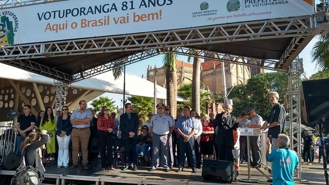 AUTORIDADES E PÚBLICO LOTAM RUA AMAZONAS EM DESFILE