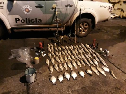 POLÍCIA AMBIENTAL FLAGRA PESCADORES COM 26 KG DE PEIXES