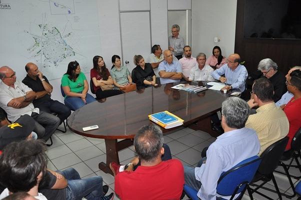 COMERCIANTES SE ENCONTRAM COM PREFEITO E VEREADORES