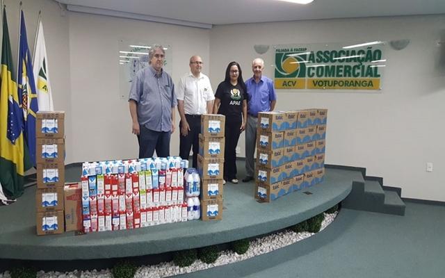 ASSOCIAÇÃO COMERCIAL REPASSA 600 LITROS DE LEITE A ENTIDADES