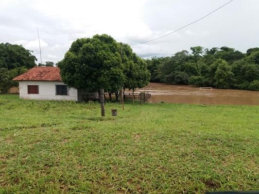 RIO SÃO JOSÉ TRANSBORDA E ENGOLE RANCHO E PRAINHA NA REGIÃO