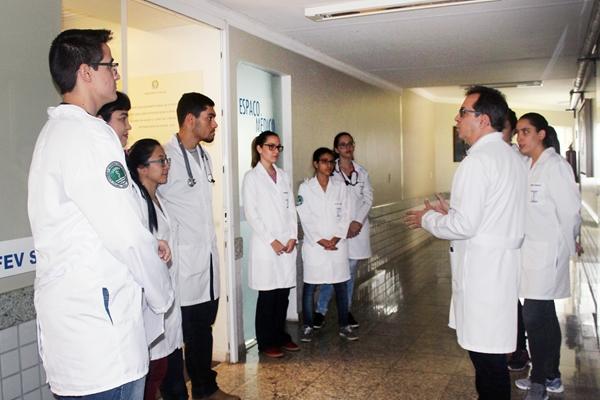 NA PRÁTICA: alunos de medicina visitam Santa Casa