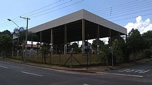 PREFEITURA MANDA POR ALAMBRADO EM ESCOLA APÓS VANDALISMO